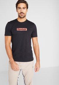 Reebok - ELEMENTS SPORT SHORT SLEEVE GRAPHIC TEE - Camiseta estampada - black - 0