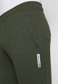 Jack & Jones - JJWILL PANTS - Tracksuit bottoms - forest night - 4