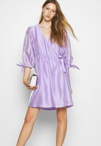 DESIGNERS REMIX - ENOLA WRAP DRESS - Robe d'été - lavender - 4