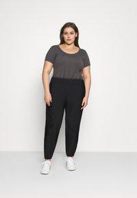 Nike Sportswear - PANT TREND PLUS - Pantalones deportivos - black/white - 1