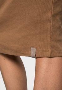 Lounge Nine - NASH  ROLLLNECK DRESS - Jerseyklänning - toasted coconut - 4