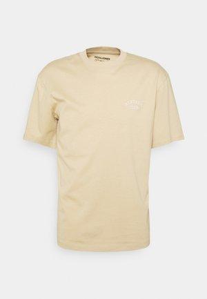 JORTOBIAS TEE CREW NECK CHEST UNISEX - T-shirt basic - safari