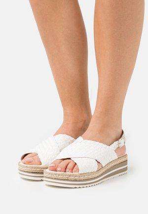 Sandały na platformie - milk