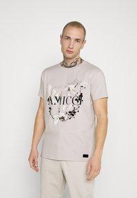 AMICCI - AVELLINO - Print T-shirt - sand - 0