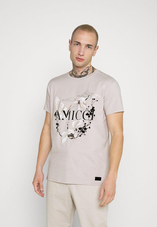 AVELLINO - T-shirt med print - sand
