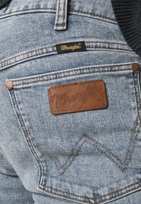 Wrangler - LARSTON - Jeansy Slim Fit - dusty light - 4
