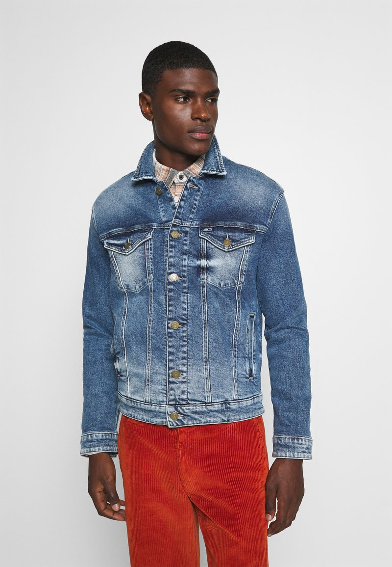 Tommy Jeans - REGULAR TRUCKER  - Denim jacket - barton mid blue comfort