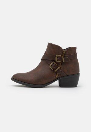 AVENGER - Boots à talons - brown