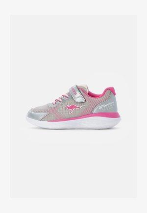 BUST  - Sneaker low - vapor grey/daisy pink