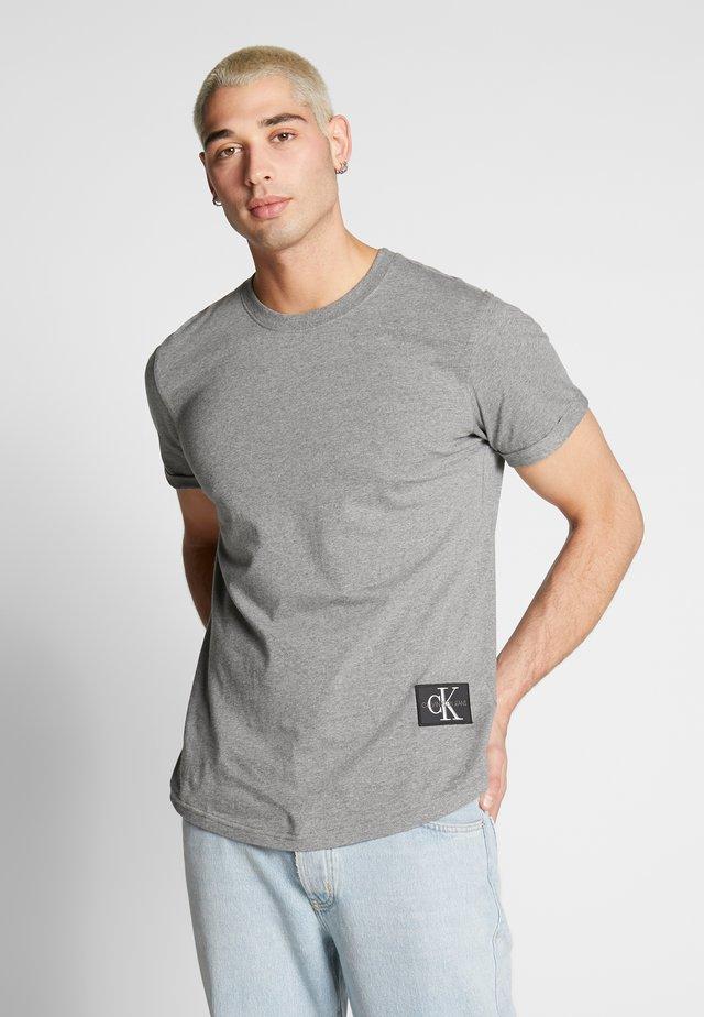 BADGE TURN UP SLEEVE - Basic T-shirt - mid grey heather