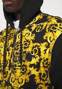 Versace Jeans Couture - PRINT LOGO BAROQUE - Zip-up sweatshirt - black - 5