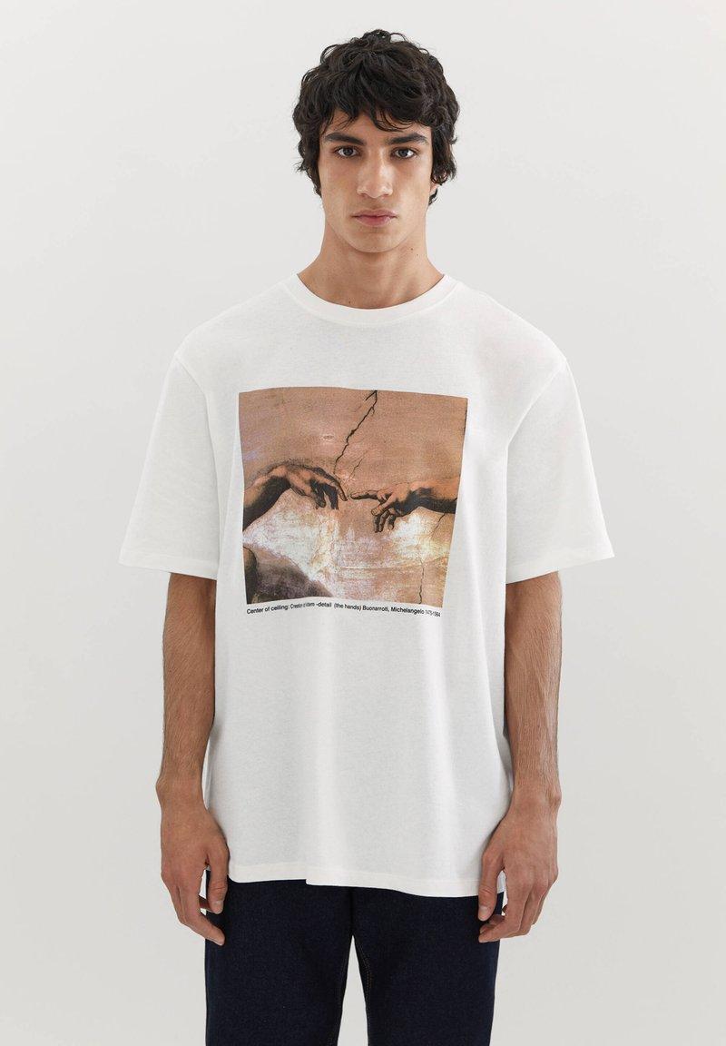 PULL&BEAR - DIE ERSCHAFFUNG ADAMS - T-shirts print - off-white