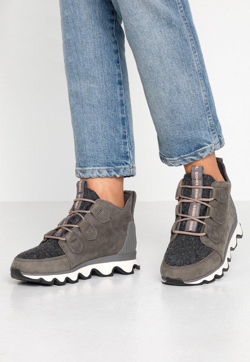 Sorel - KINETIC CARIBOU - Ankle boots - quarry