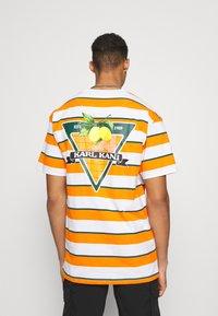 Karl Kani - SMALL SIGNATURE STRIPE TEE UNISEX - Print T-shirt - orange - 0