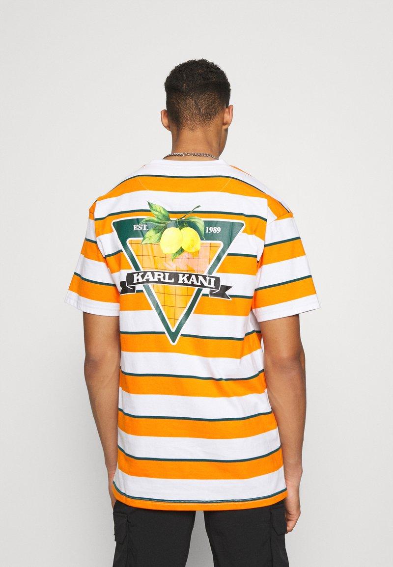 Karl Kani - SMALL SIGNATURE STRIPE TEE UNISEX - Print T-shirt - orange