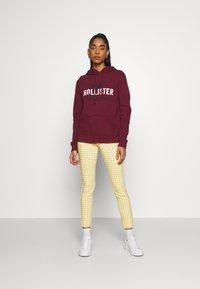 Hollister Co. - TECH CORE  - Sweatshirt - bordeaux - 1