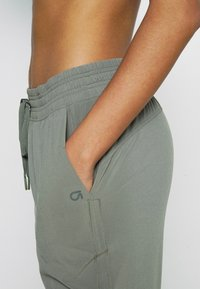 GAP - TAPERED PANT - Tracksuit bottoms - vintage palm - 5