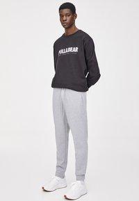PULL&BEAR - Teplákové kalhoty - light grey - 3