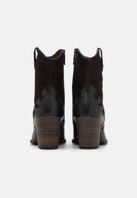 Tamaris - BOOTS - Cowboystøvletter - black/mocca - 3