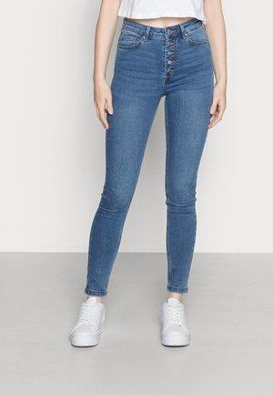 VMJOY SKINNY TAPERED BUT - Skinny džíny - medium blue denim