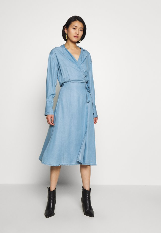 PHILIPPA WRAP DRESS - Robe en jean - blue wash