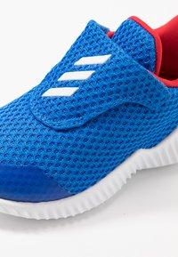adidas Performance - FORTARUN - Neutrální běžecké boty - glow blue/footwear white/scarlet - 2