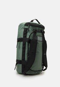 The North Face - BASE CAMP DUFFEL M UNISEX - Sports bag - laurel wreath green/black - 3