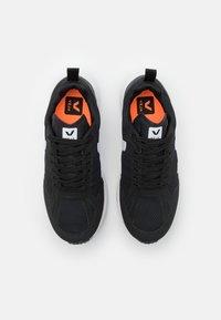 Veja - CONDOR 2 - Neutrální běžecké boty - black/white - 3
