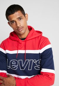 Levi's® - PIECED HOODIE - Hoodie - racer colorblock brilliant red/ white /  blues - 4