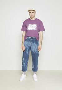 Edwin - UNEVEN LOVE UNISEX - Print T-shirt - chinese violet - 1