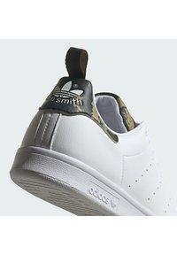 adidas Originals - STAN SMITH PRIMEGREEN ORIGINALS SHOES - Zapatillas - ftwr white/ftwr white/core black - 7