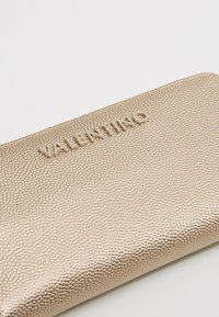 Valentino by Mario Valentino - DIVINA - Peněženka - oro - 2