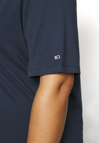 Tommy Jeans Curve - ESSENTIAL LOGO TEE - Print T-shirt - twilight navy - 5