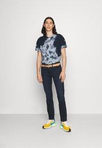 Nike Sportswear - TEE  - T-shirt med print - thunder blue/armory blue - 1