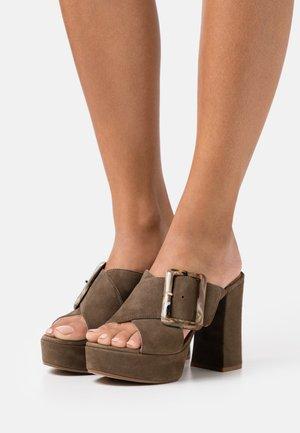 VARUN - Pantofle na podpatku - salvia
