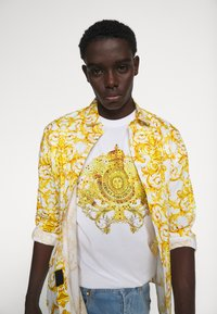 Versace Jeans Couture - MARK - Print T-shirt - white - 3