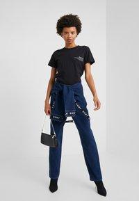 DKNY - PANT - Jeans straight leg - indigo - 1