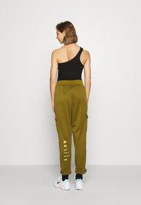 Nike Sportswear - W NSW SWSH - Trousers - olive flak - 2