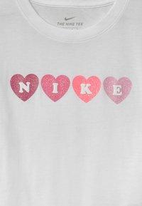 Nike Sportswear - SHORT SLEEVE GRAPHIC - Triko spotiskem - white - 2