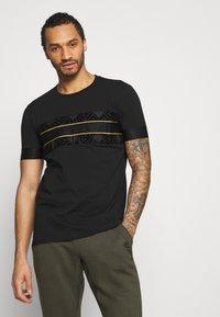 Glorious Gangsta - BARCO TEE - Print T-shirt - black/gold - 0