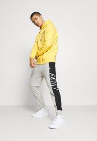 Nike Sportswear - Pantaloni sportivi - grey heather/black/white - 3