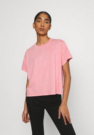 GRAPHIC VARSITY TEE - Print T-shirt - pink