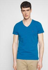 Tommy Hilfiger - STRETCH SLIM FIT VNECK TEE - T-shirts basic - blue - 0