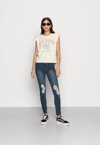 Missguided - SINNER DISTRESS KNEE CUT  - Jeans Skinny - blue - 1