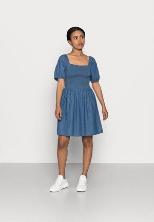PCTAYLA OFF SHOULDER DRESS - Day dress - medium blue denim