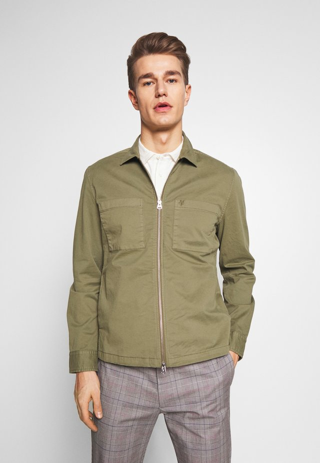 LONG SLEEVE TWO PATCHED CHEST AND SIDE SEAM POCKETS - Summer jacket - deep lichen green