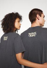 Tommy Jeans - ABO TJU X REN AND STIMPY TEE UNISEX - T-Shirt print - blackout - 3