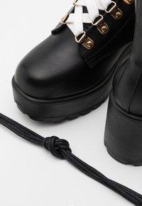 Koi Footwear - VEGAN - Kotníkové boty na platformě - black/gold - 4