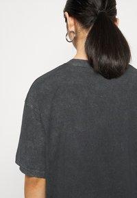 Missguided Petite - DROP SHOULDER OVERSIZED 2 PACK - Basic T-shirt - black - 6