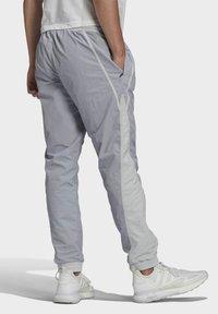 adidas Originals - R.Y.V. V-LINE WOVEN TRACKSUIT BOTTOMS - Träningsbyxor - grey - 1